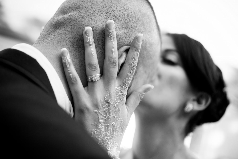mariage-baiser-front-noir-blanc