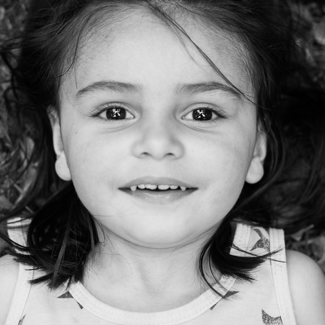 Portrait noir et blanc d'une petite fille de 3 ans