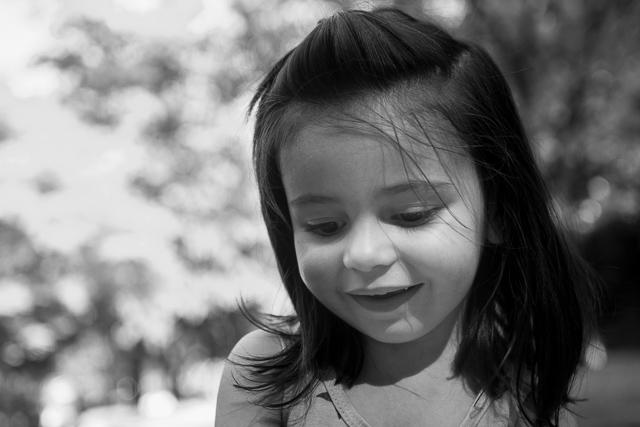 Portrait d'une petite fille de 3 ans, noir et blanc