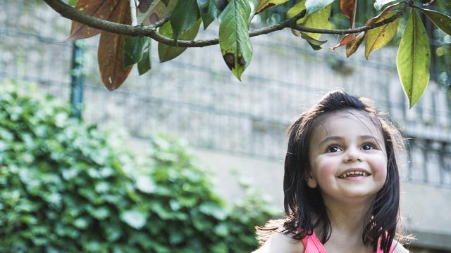 Portrait d'une petite fille de 3 ans dans un parc