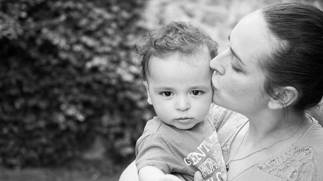 Maman embrasse son bébé, noir et blanc