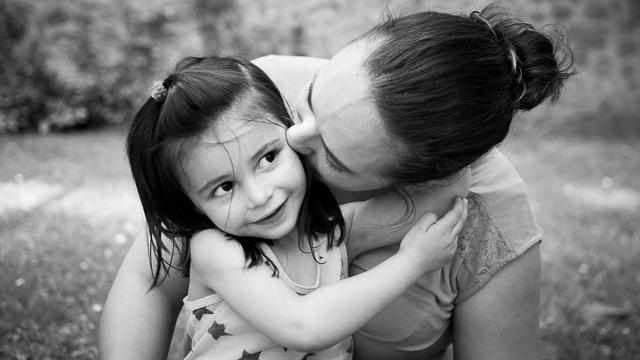 Maman embrasse sa petite fille, noir et blanc