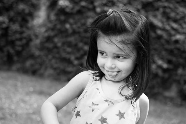 Portrait d'une petite fille tirant la langue
