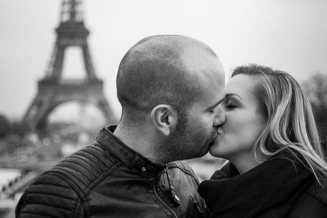 Baiser d'un couple devant la Tour Eiffel, dans le style Manhattan de Woody Allen