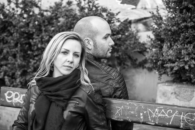 Couple sur un banc à Montmatre, photo en noir et blanc