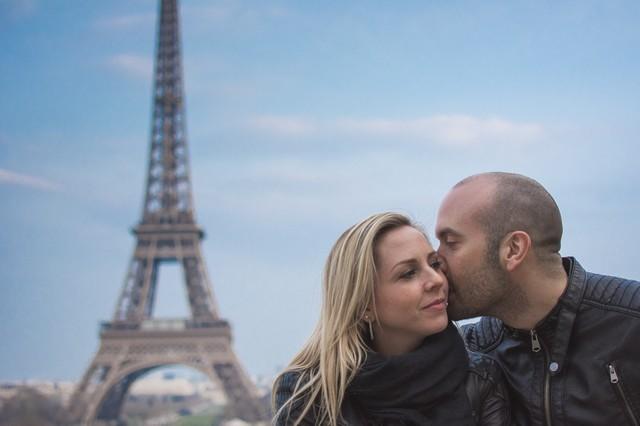 Un couple complice devant la Tour Eiffel