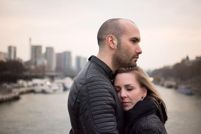 Couple lifestyle sur le Pont d'Iena