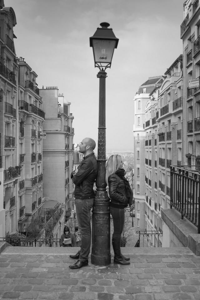 Photo noir et blanc d'un couple rue Montcenis à Montmartre