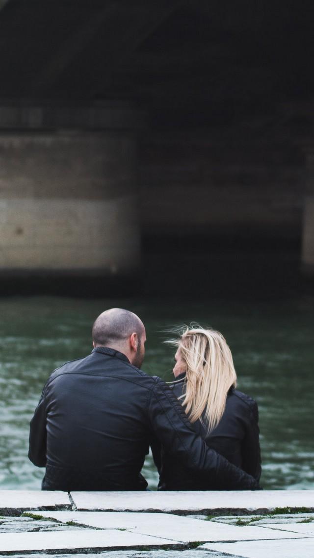 Rire complice d'un couple sous le Pont d'Iena à Paris