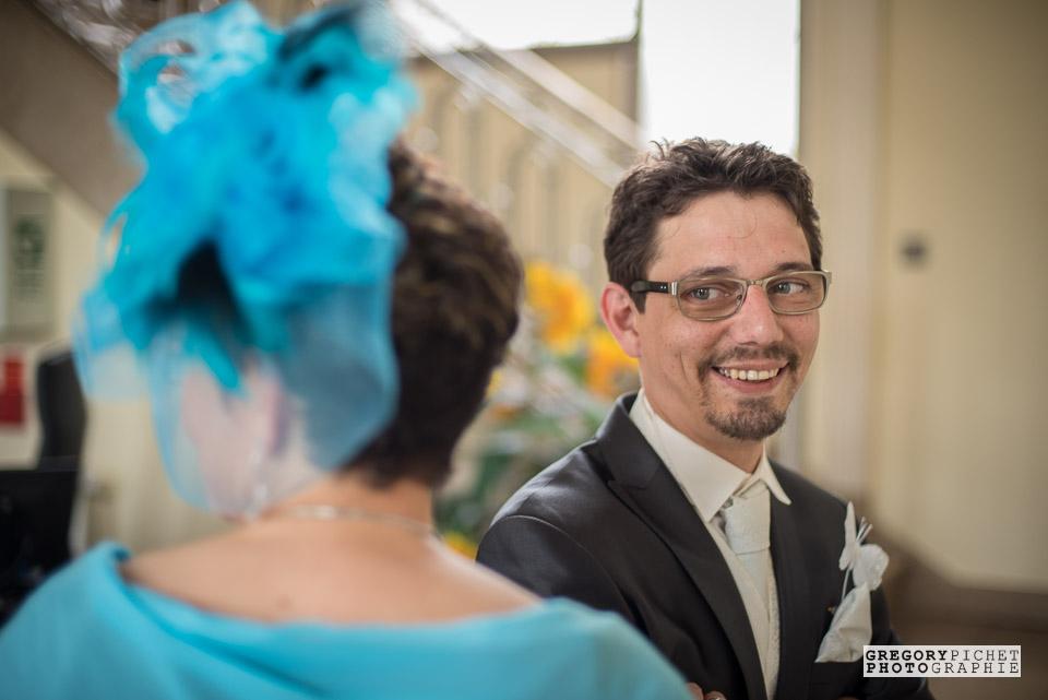 Attente du marié à la mairie