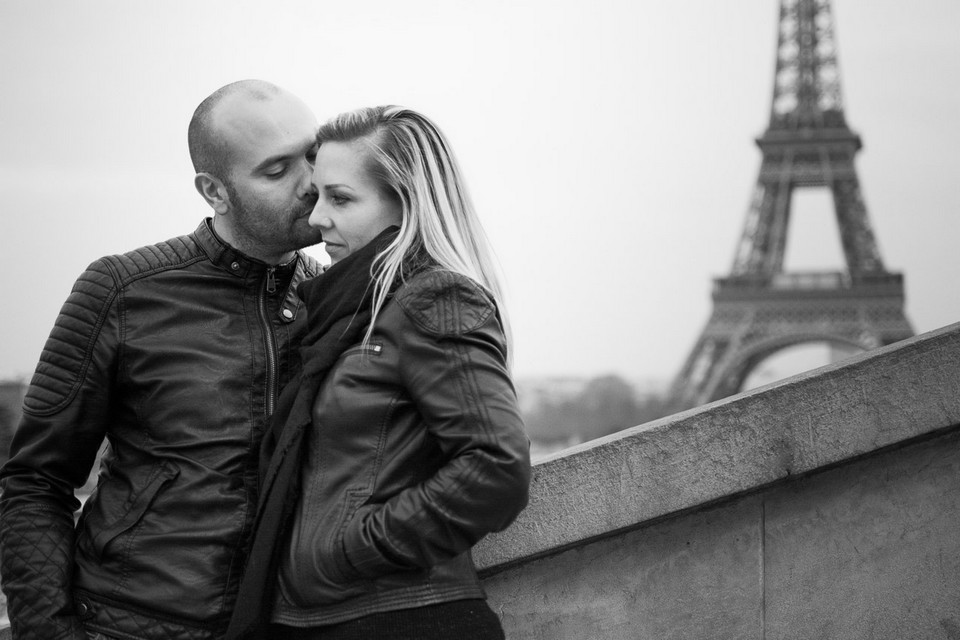 Couple devant la Tour Eiffel