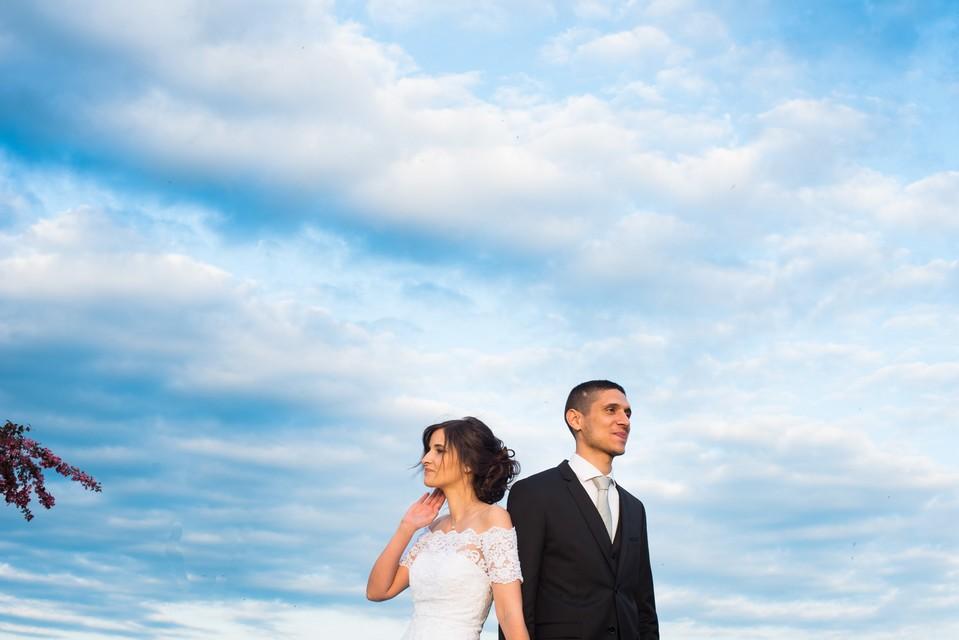Couple dans l'immensité du ciel bleu