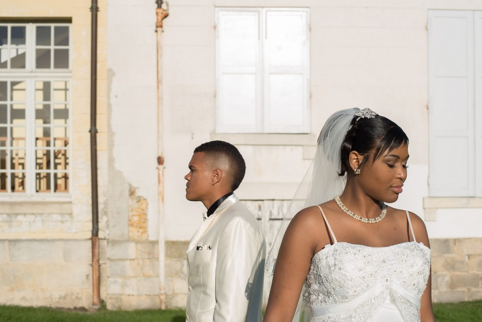 Photo de mariés regardant dans des directions opposées