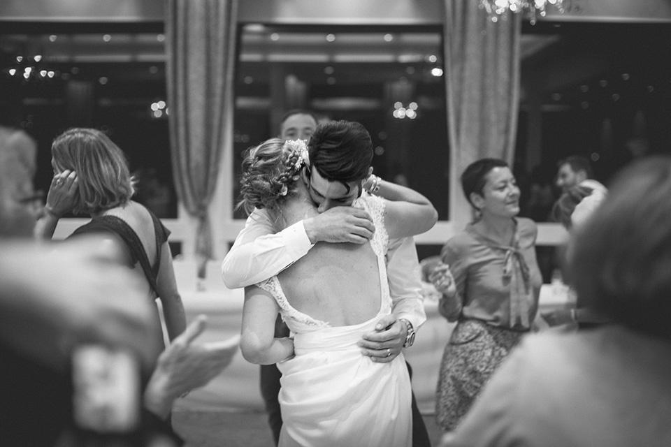 Les mariés se retrouvent pour une danse amoureuse