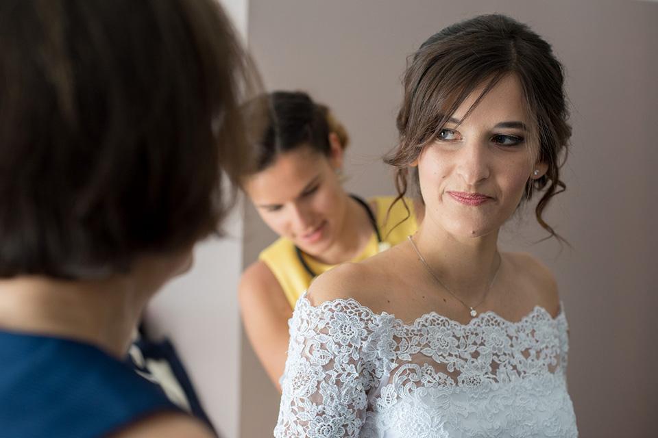 Regard d'une mariée avec sa mère