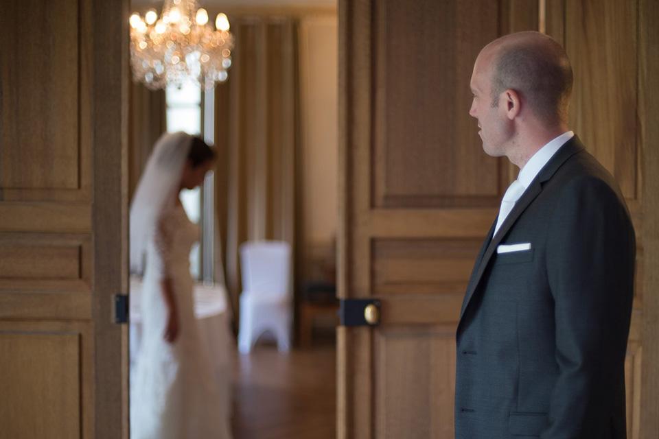 Regard d'un marié sur son épouse