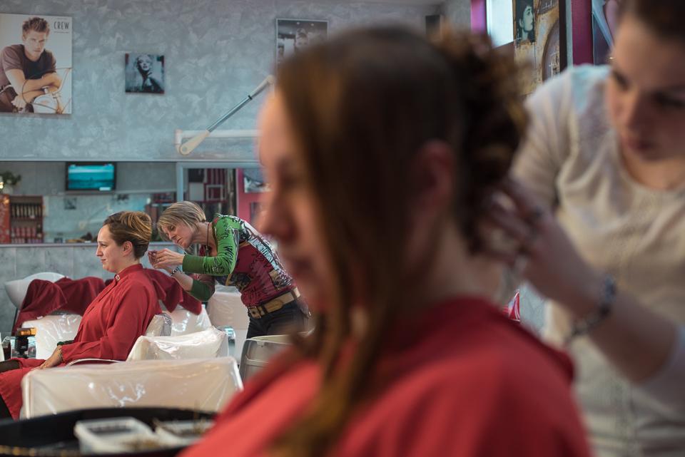 Préparatifs de la mariée et de sa soeur chez le coiffeur