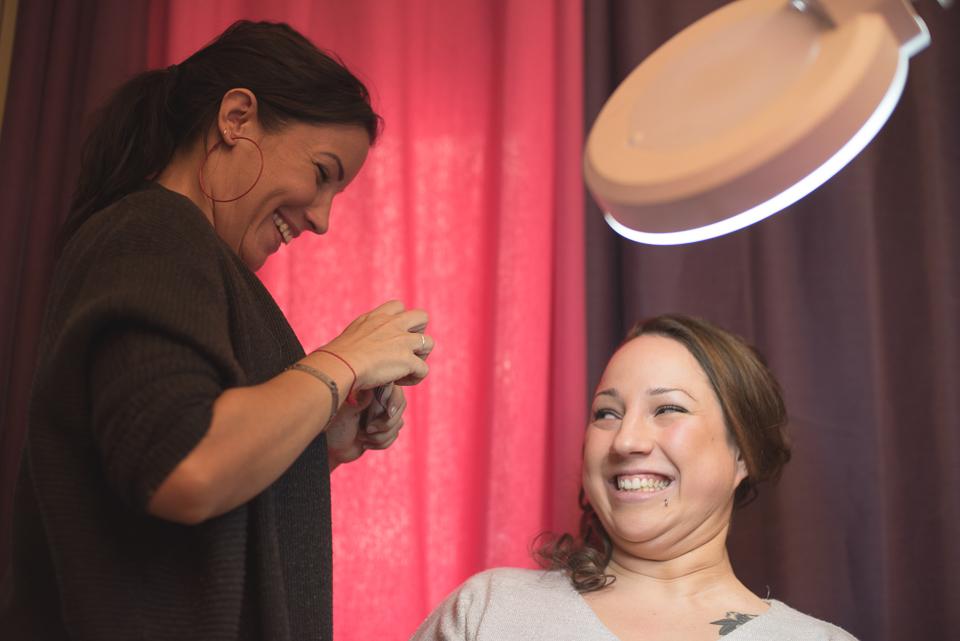 Rire de la mariée au salon de maquillage