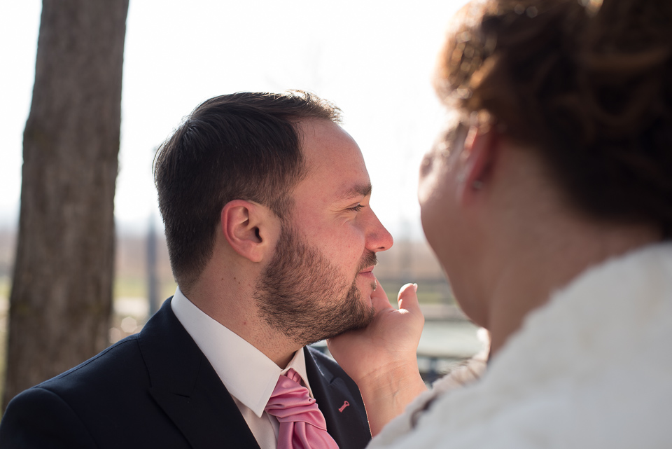 Geste tendre entre mariés