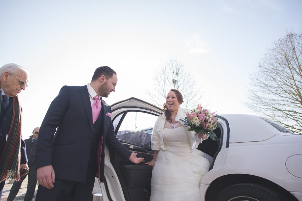 Sortie de voiture de la mariée