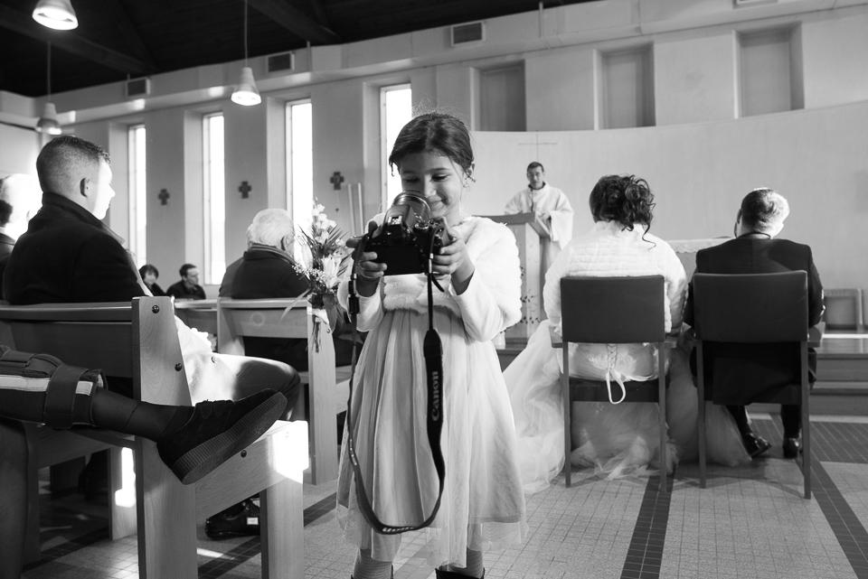 Selfie enfant lors d'un mariage dans une église