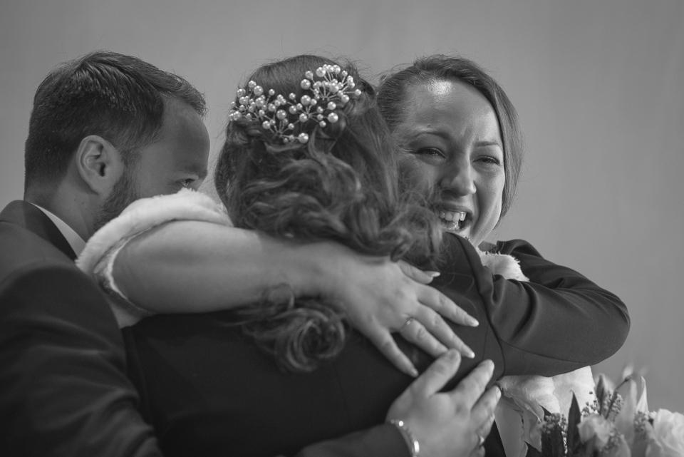 Hug lors d'un mariage à Magny les Hameaux