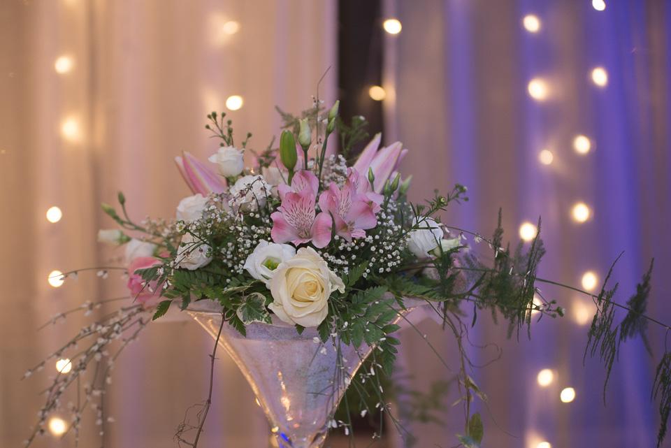 Décoration florale de table lors d'un mariage