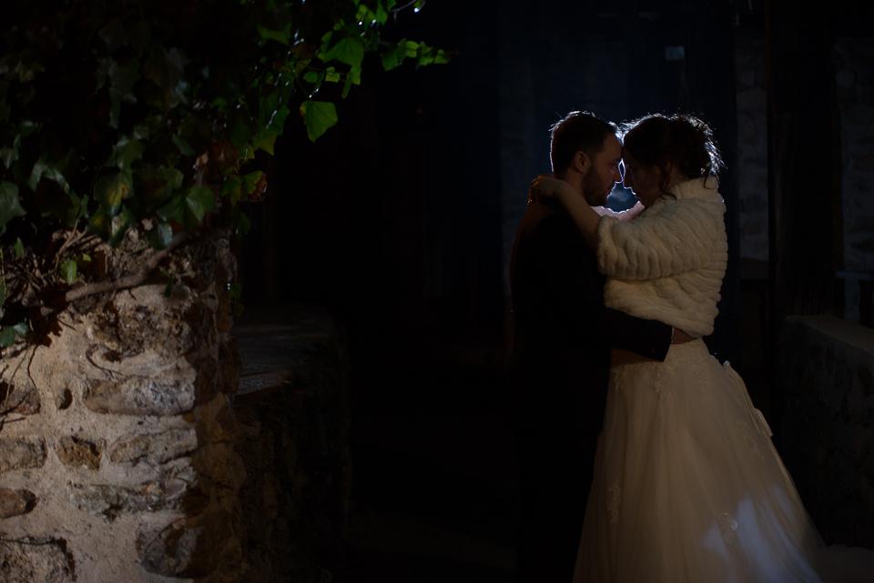 Portrait de mariés de nuit avec prise de vue en strobisme