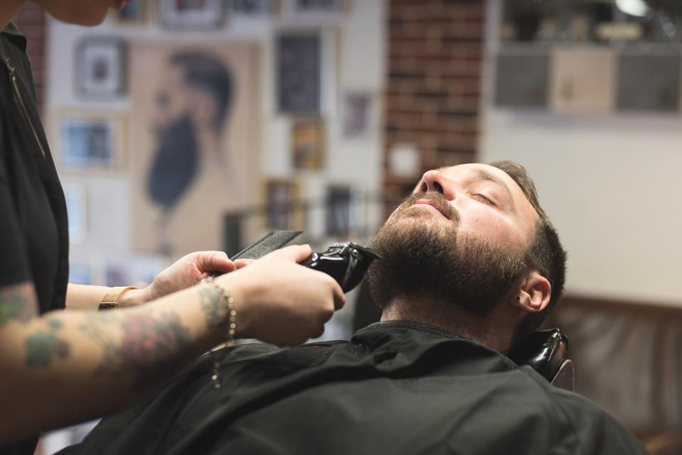 Rasage de la barbe du marié chez le barbier