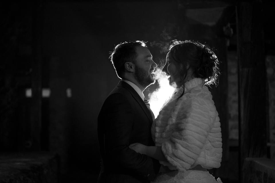 Portrait de mariés de nuit en noir et blanc