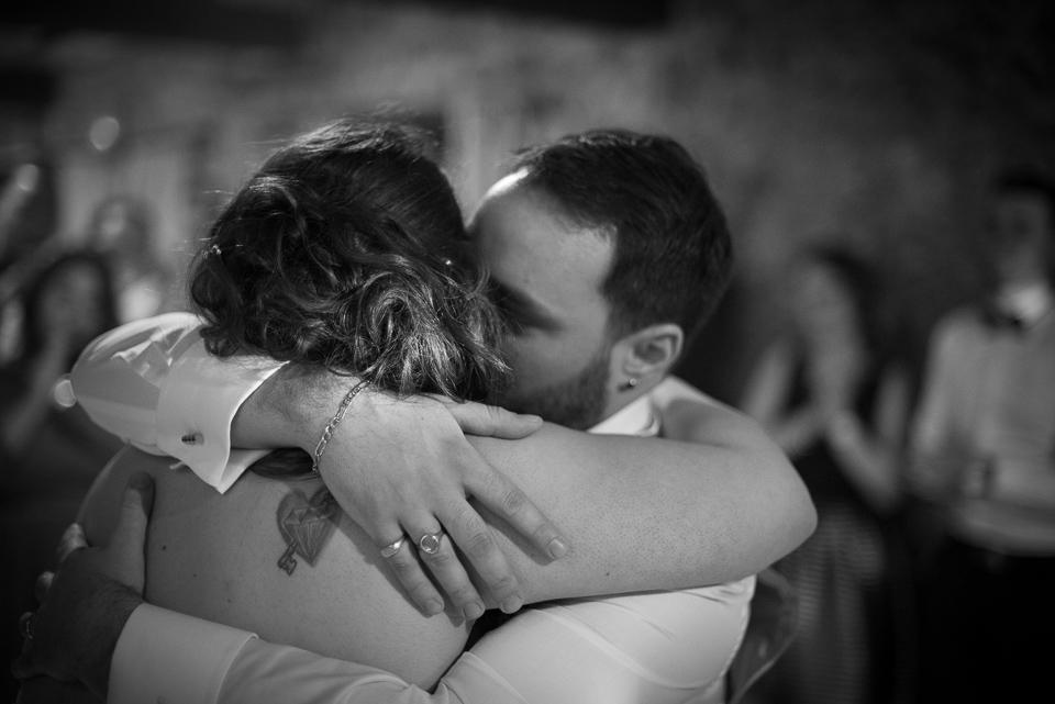 Hug entre mariés