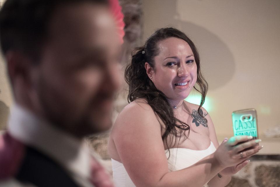 Emotion d'une mariée regardant son mari