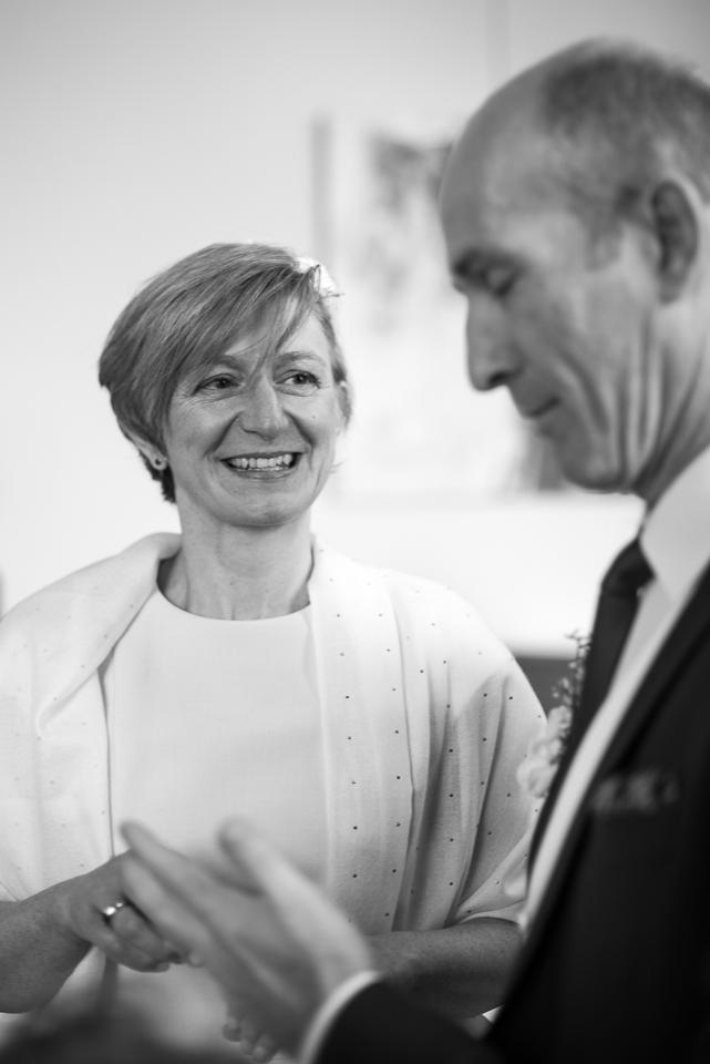 Photo en noir et blanc d'un couple de mariés dans la mairie de Viroflay