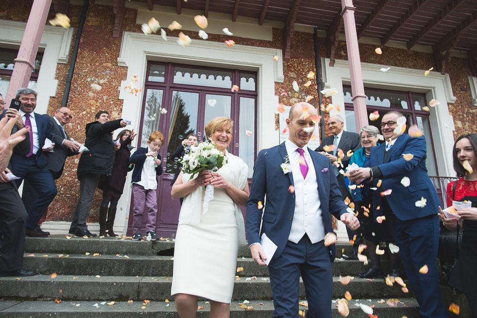 Sortie de cérémonie civile lors d'un mariage à Viroflay avec les pétales de roses