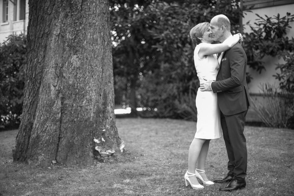 Mariés dans le parc de la mairie de Viroflay, photo en noir et blanc