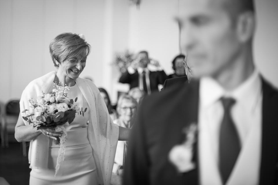 Arrivée de la mariée dans la mairie de Virolfay avec son bouquet
