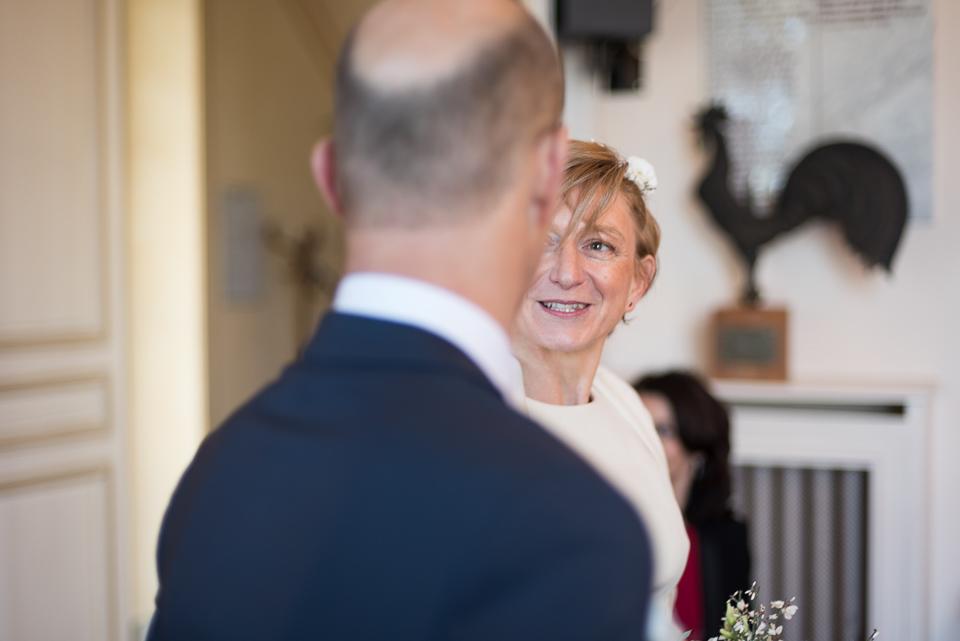 La mariée regarde son mari dans la mairie de Virfolay pendant la cérémonie civile