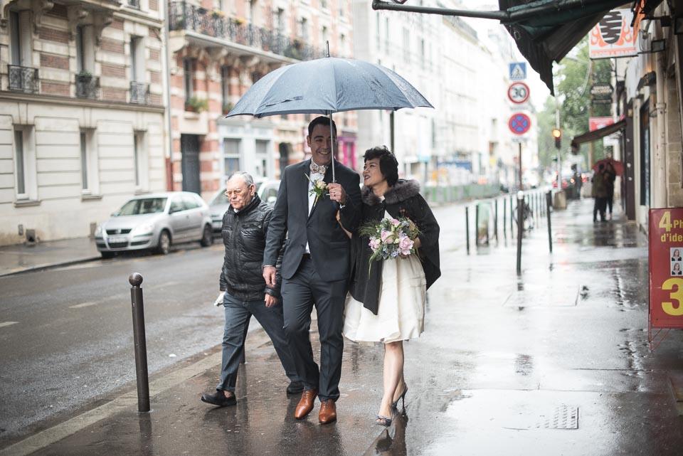 Mariage sous la pluie à Paris