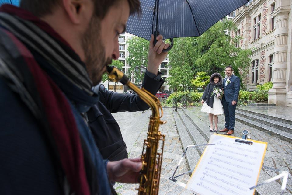 Sortie des mariés de la mairie de Paris 12 avec un saxophone