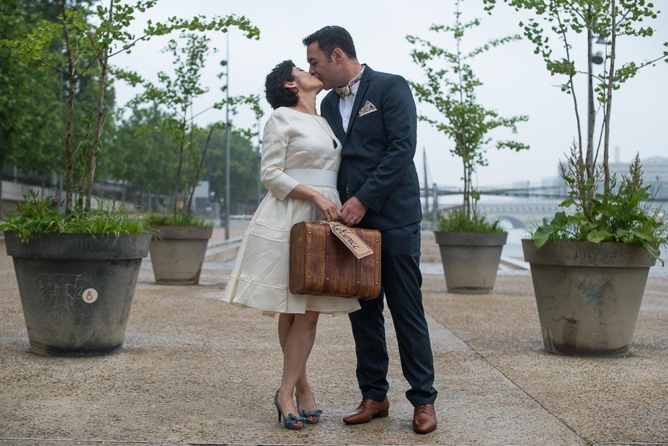 Mariés avec une valise merci