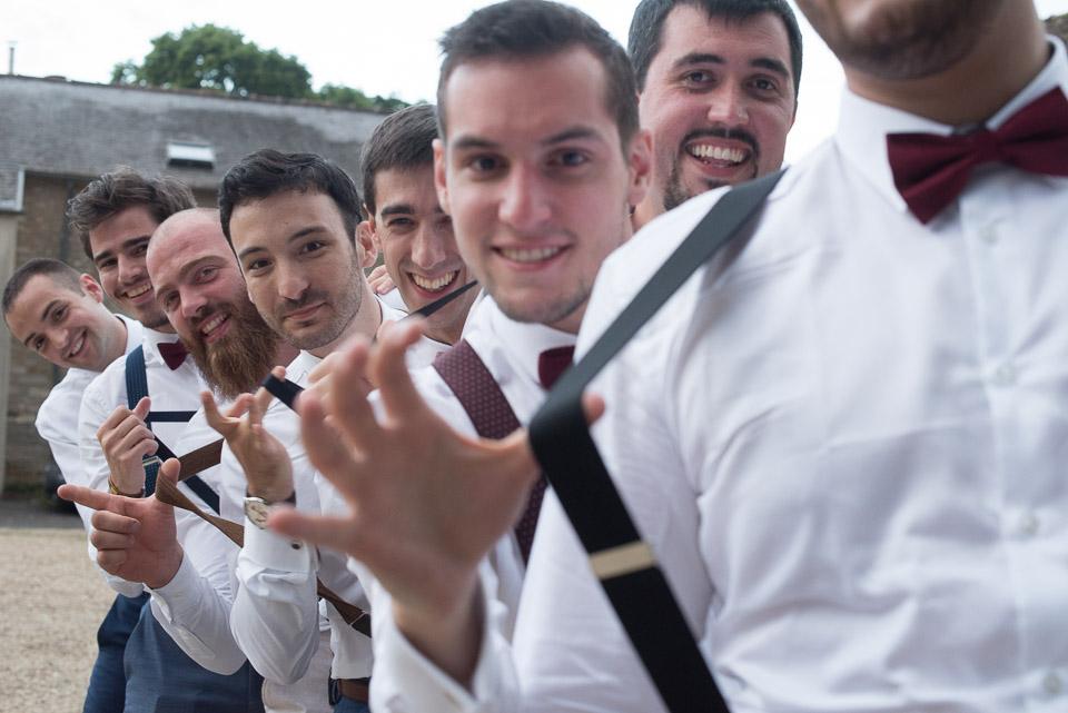 Photo du marié avec ses garçons d'honneur aux Granges du Chesnay - Dress code bretelles