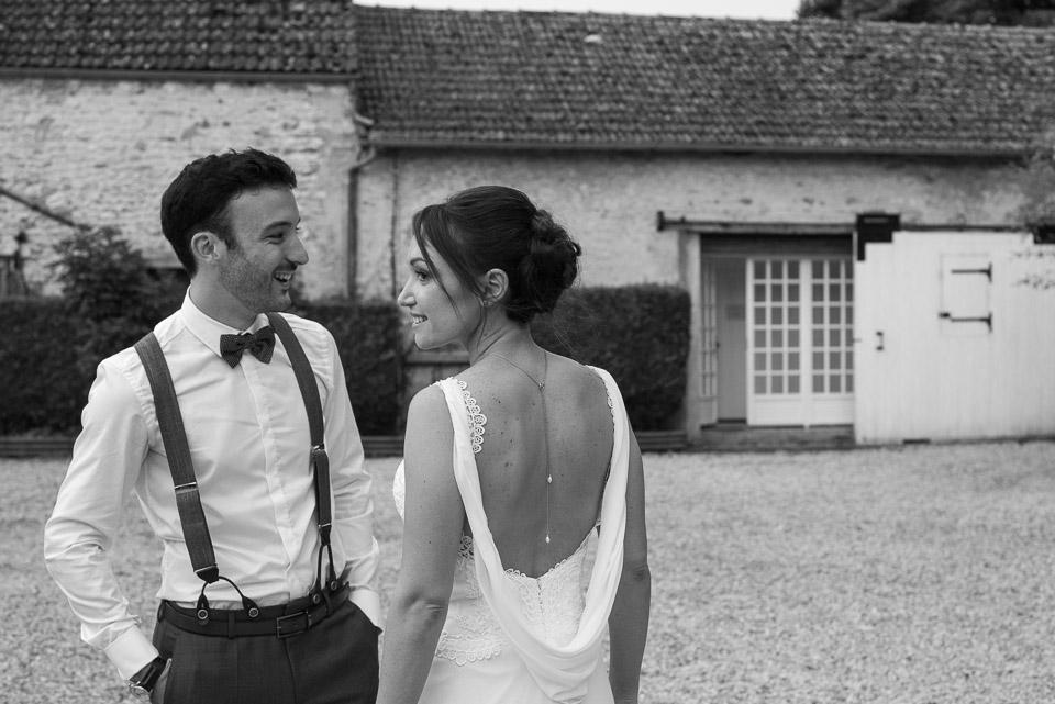 Photo de couple de mariage en noir et blanc aux Granges du Chesnay dans l'Essonne - Mariage bobo chic, pose moderne