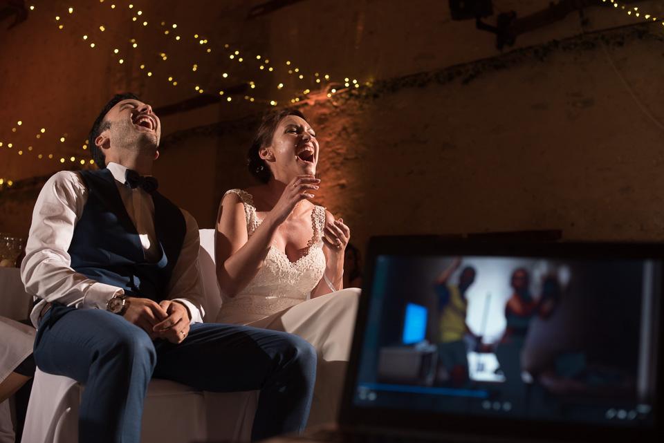 Rires des mariés devant un diaporama surprise