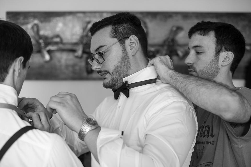 Préparatifs du marié avec ses témoins et des noeuds papillons