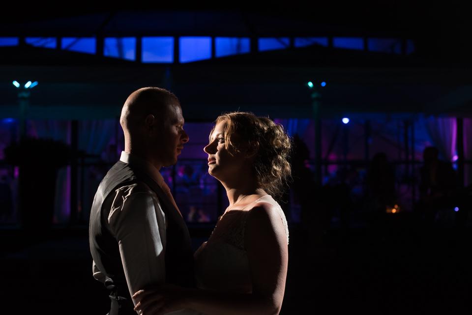 Photo de couple en lumière créative de nuit au Domaine de la Butte Ronde