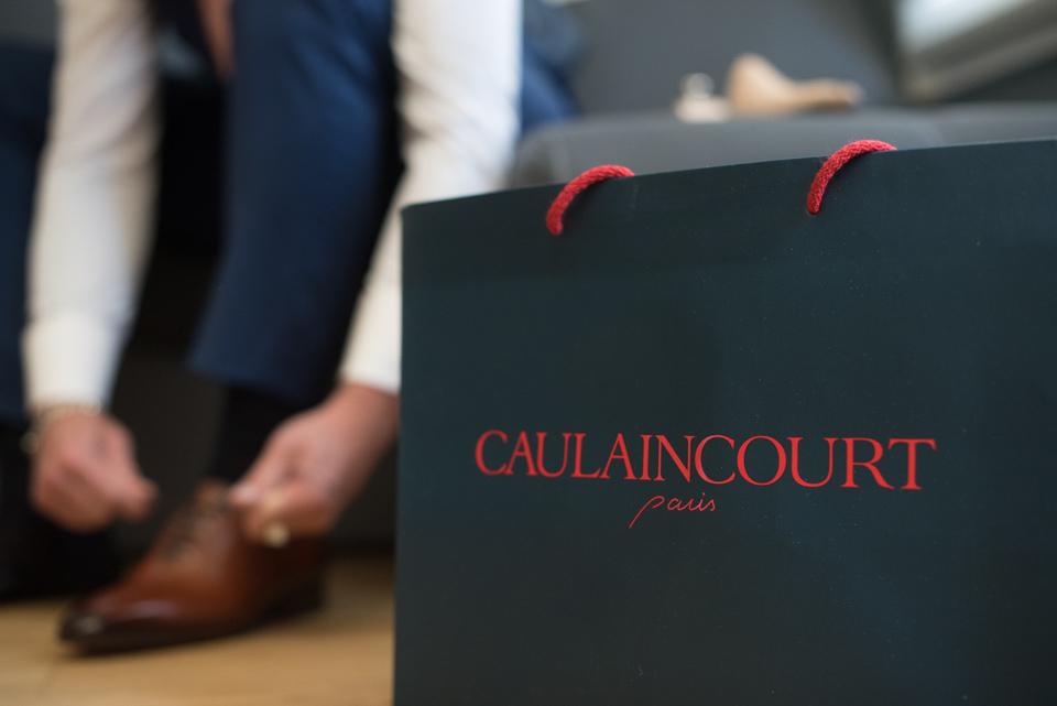 Préparatifs du marié avec des chaussures de la marque Caulaincourt - Paris 8e
