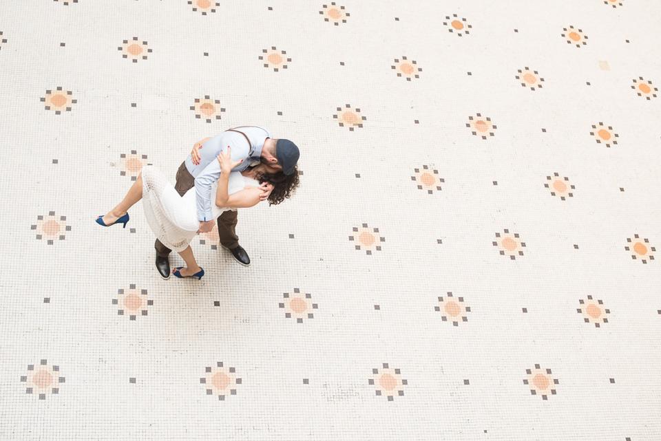 Mariés dansant sur le carrelage du patio de la mairie du 18ème arrondissement de Paris