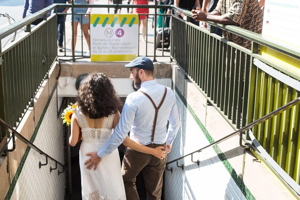 Mariés empruntant la ligne 4 du métro de Paris dans le 18ème arrondissement - Station Simplon