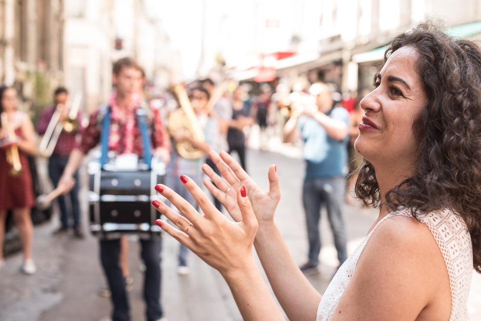 Sortie de mariage rue Saint-Denis à Paris devant l'église de Saint-Leu