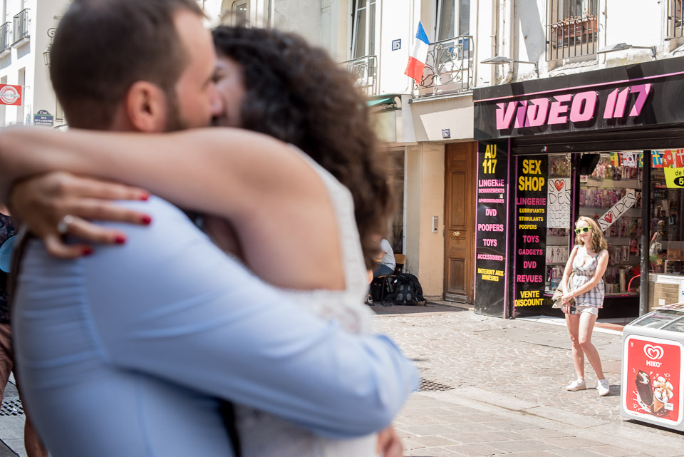 Mariés devant un sex-shop en face de l'église de Saint-Leu, rue Saint-Denis à Paris